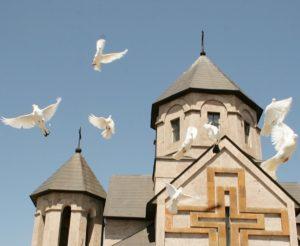 Голуби над армянским храмом