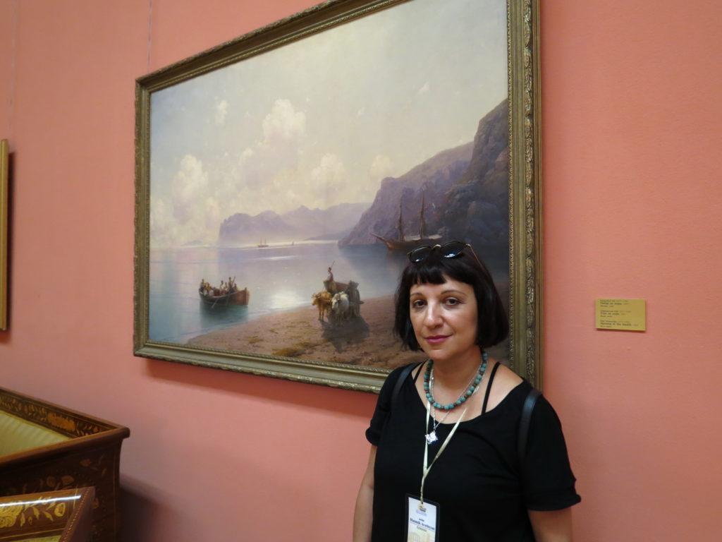 Асмик Аветисян на фоне картины Айвазовского в Национальном художественном музее Республики Беларусь