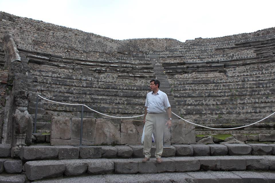 Роберт Геворкян на фоне Большого театра