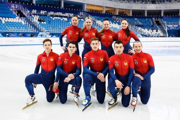 Денис Айрапетян (нижний ряд, второй справа) выступает в российской сборной по шорт-треку