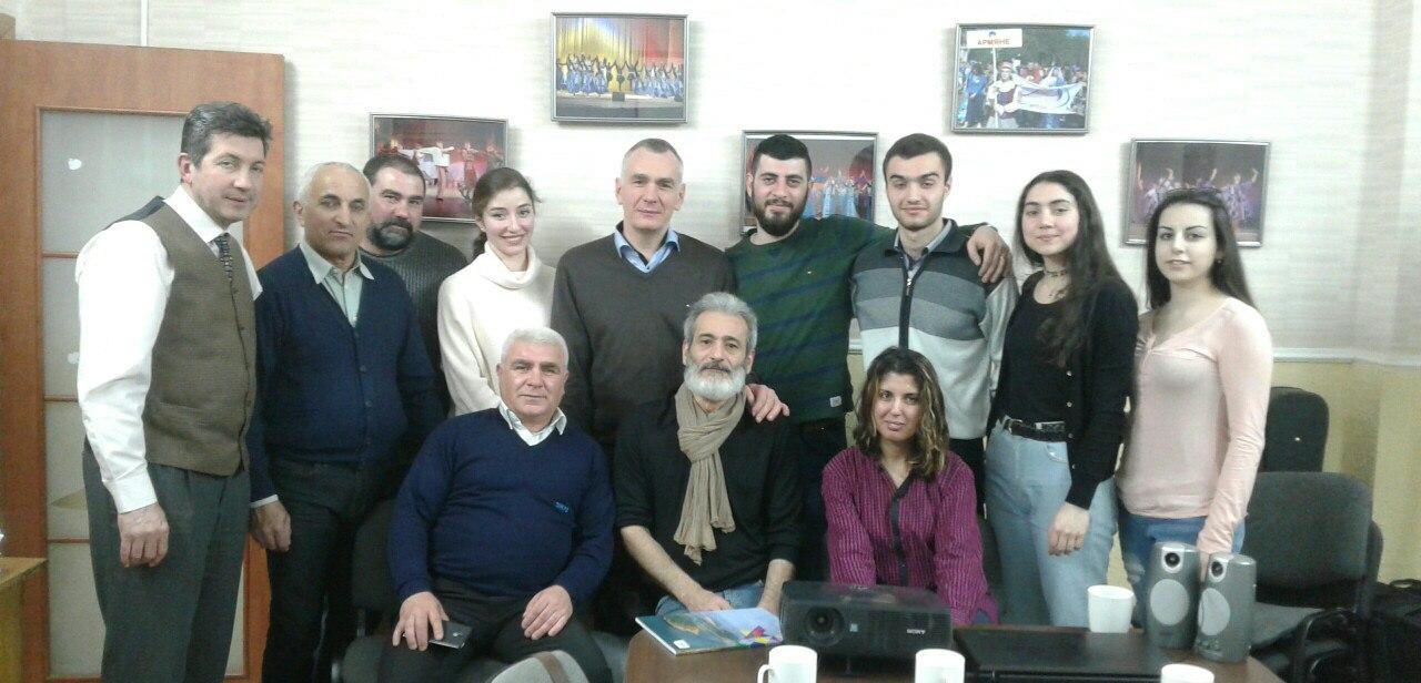 Именитый режиссер в окружении представителей минской армянской общины.