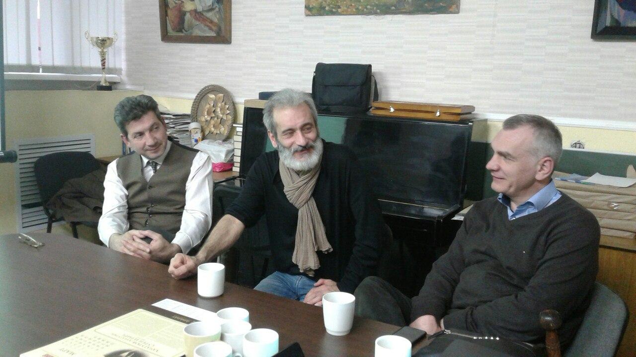 С.Степанян рад встречи с давними друзьями.