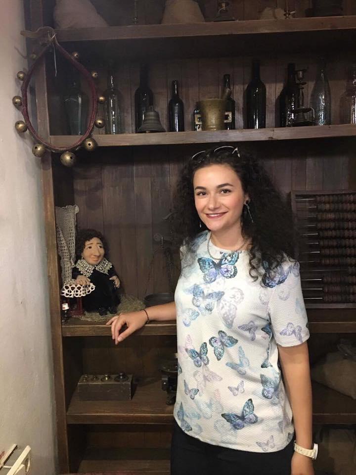 Организатор концерта Сюзанна Степанян с куклой Валерии Гайшун, которая изображает маму М.Шагала - Фейгу-Иту.