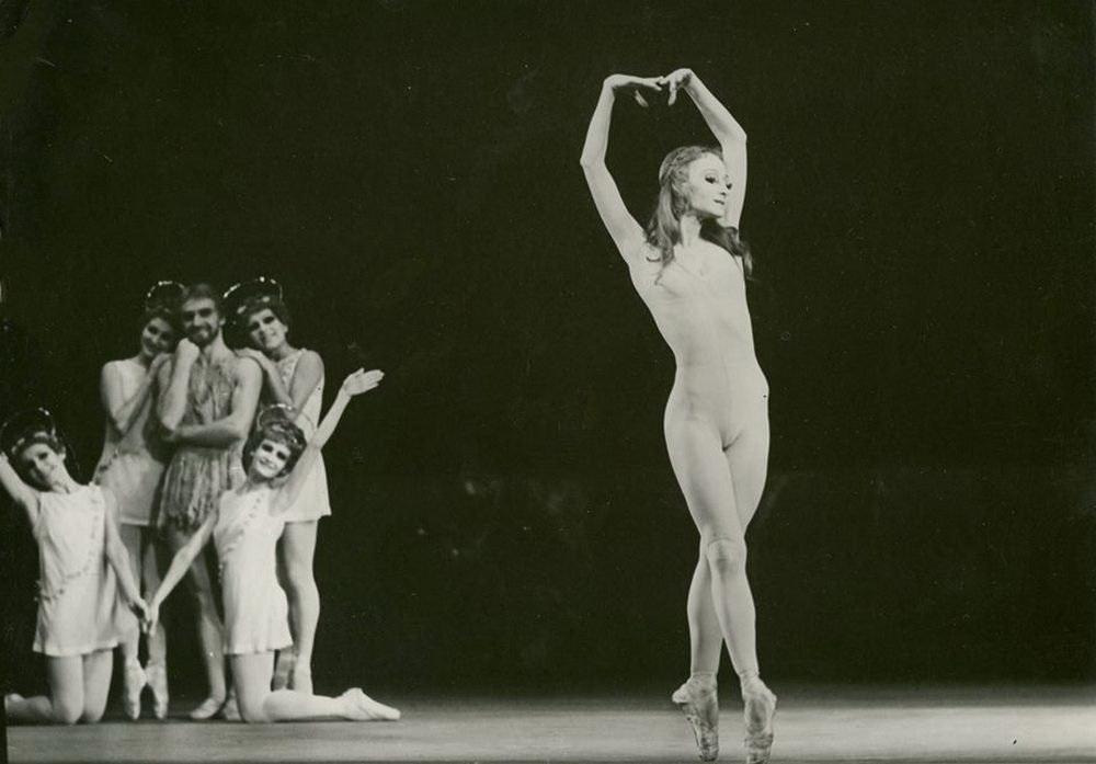 """На сцене Ольга Лаппо в балете """"Сотворение мира"""" в партии Евы."""
