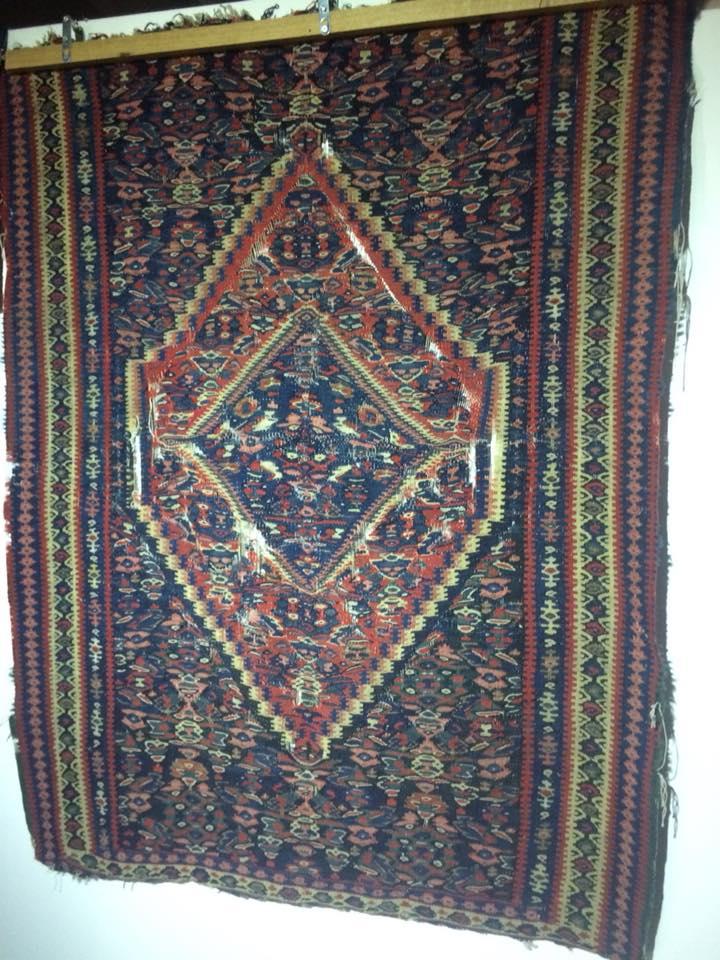 На этом ковре можно рассмотреть демонические лица, считалось, что такой ковер, размещенный при входе в доме, будет отгонять злых духов.