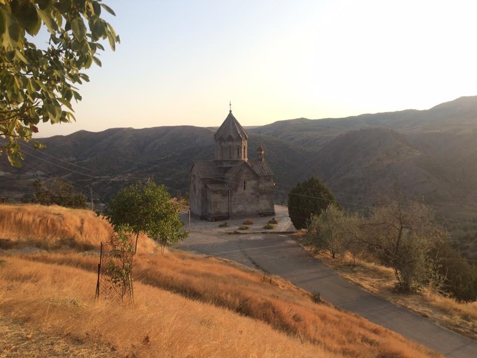 Проезжая КПП на границе и поднимаясь в горы вы проезжаете мимо городка Бердзор, который находится в 60 км от Степанакерта. Церковь Святого Воскресения