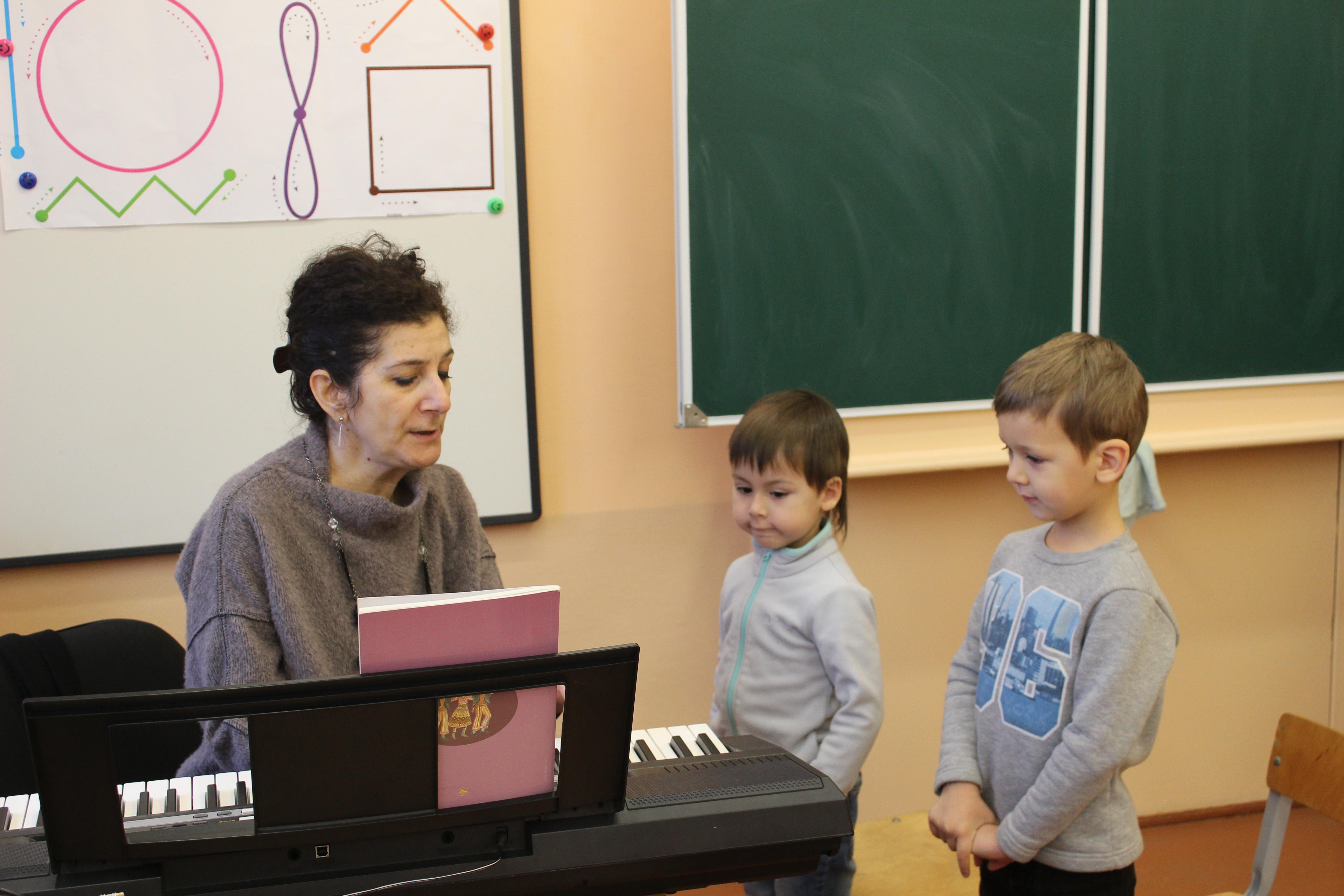 Руководитель Минской Армянской школы Гаянэ Агаджанян преподает музыку