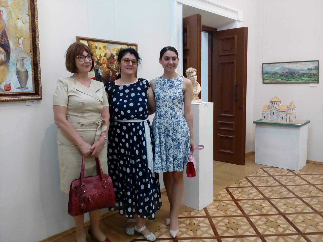 Рипсиме Геворкян (третья справа налево)