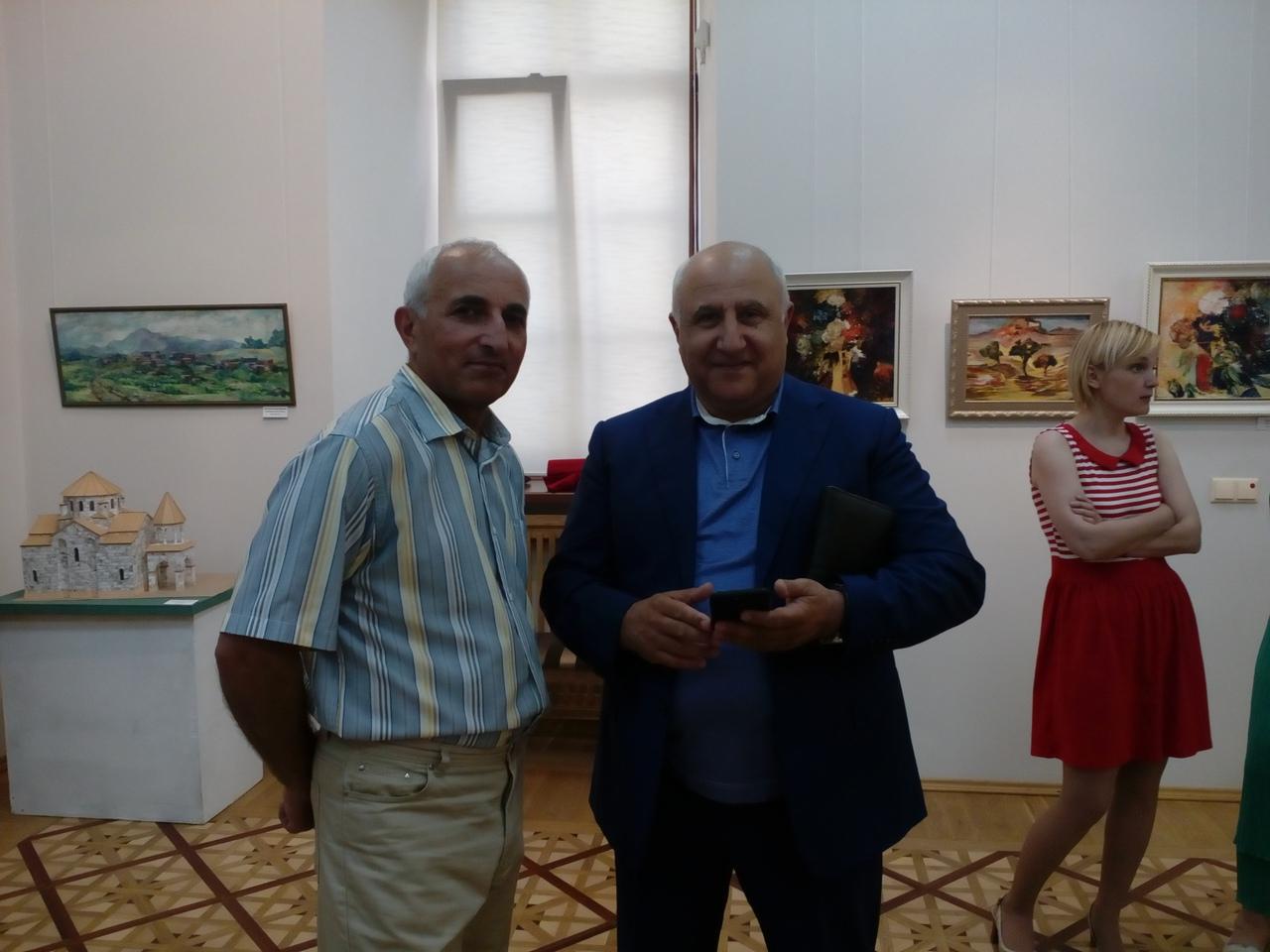 Художник и скульптор Спартак Арутюнян (слева)