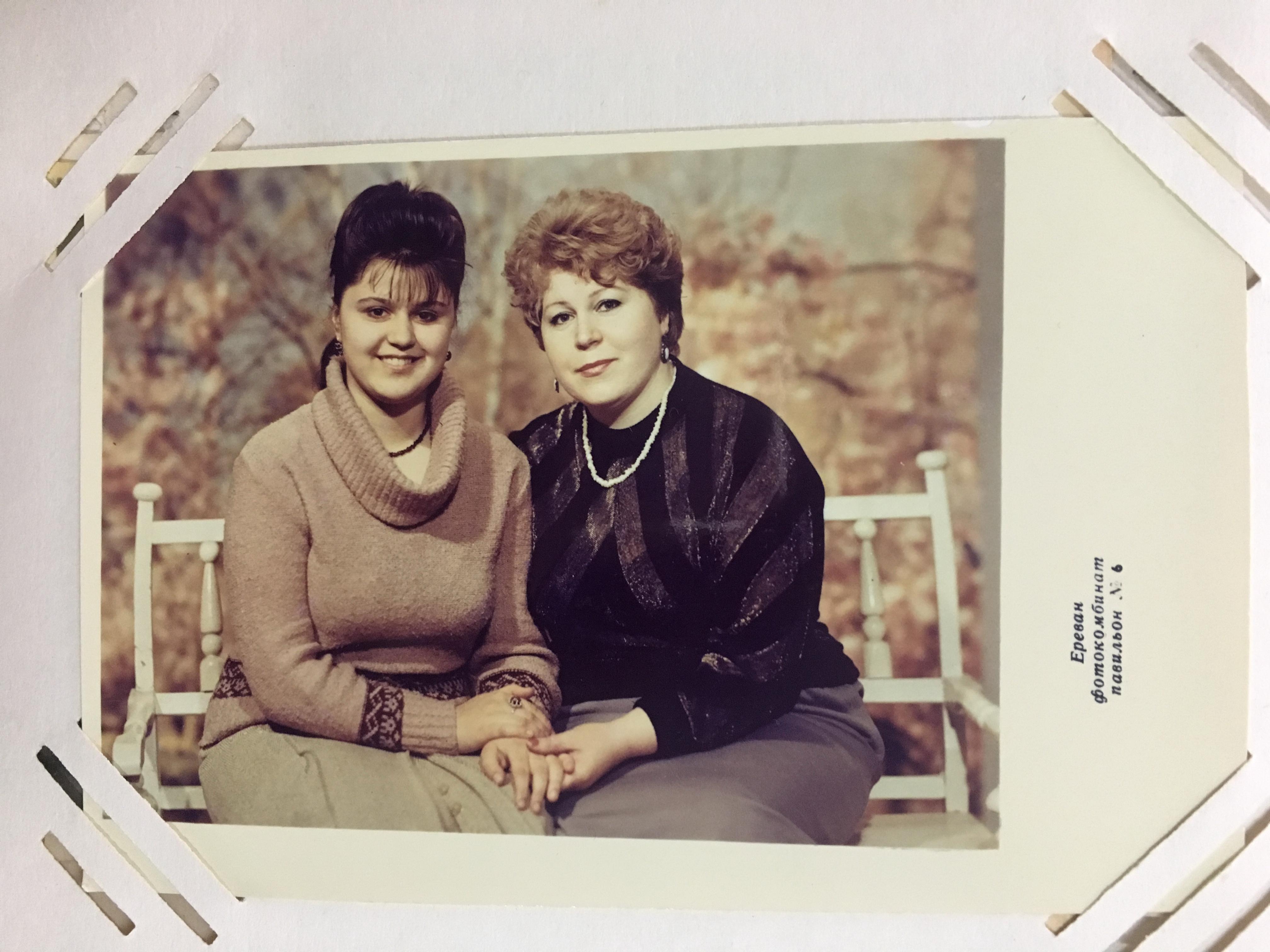 Каринэ с мамой