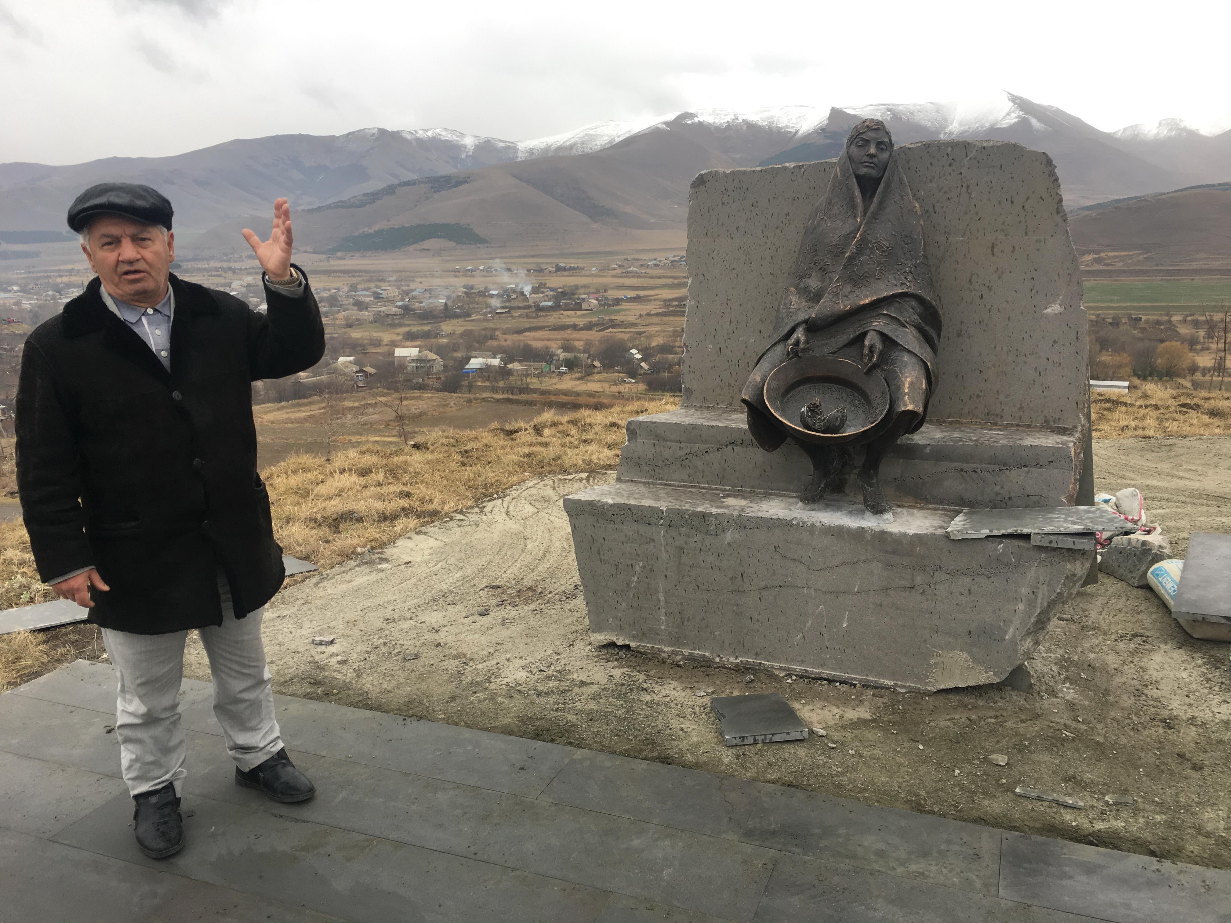 Норик Григорьевич перед открытием памятника, г.Спитак