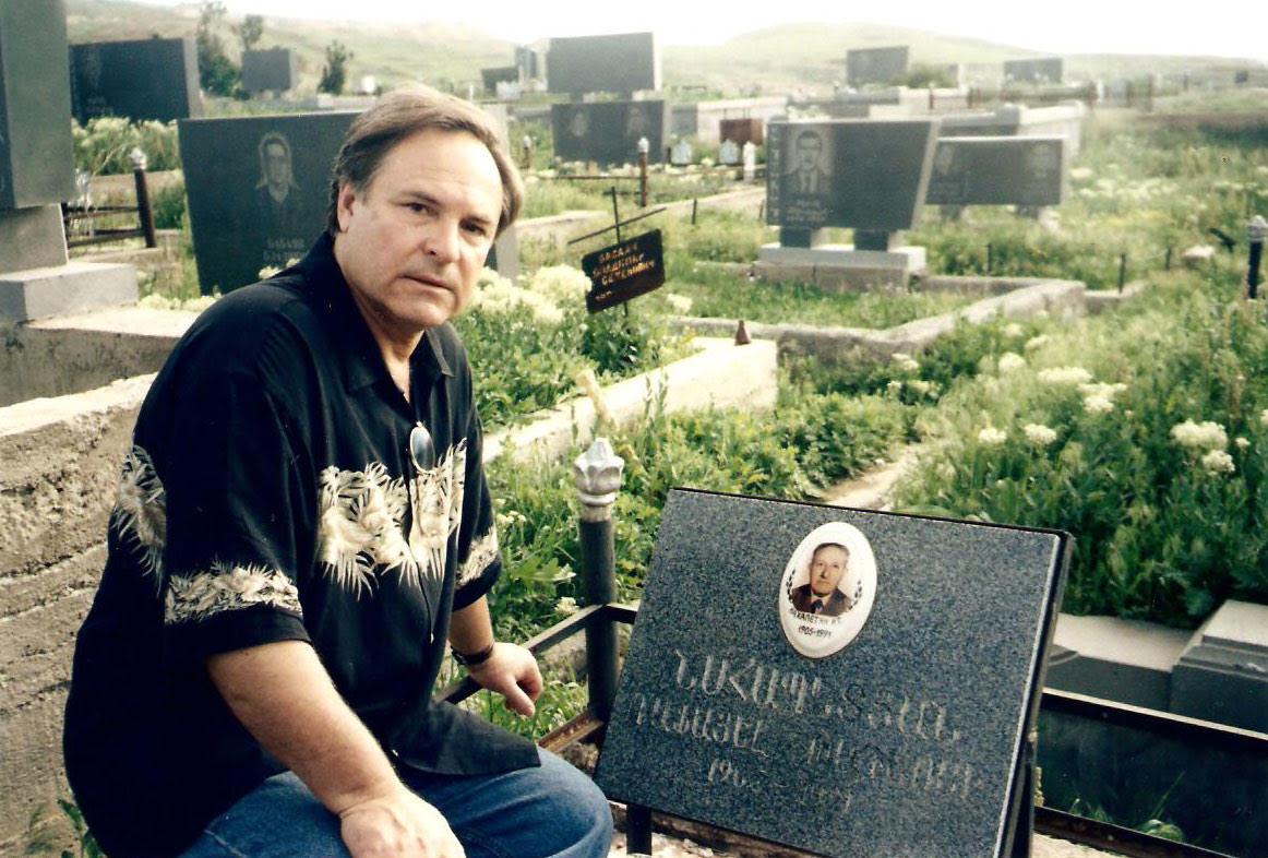 Родион Нахапетов у могилы отца. Армения.