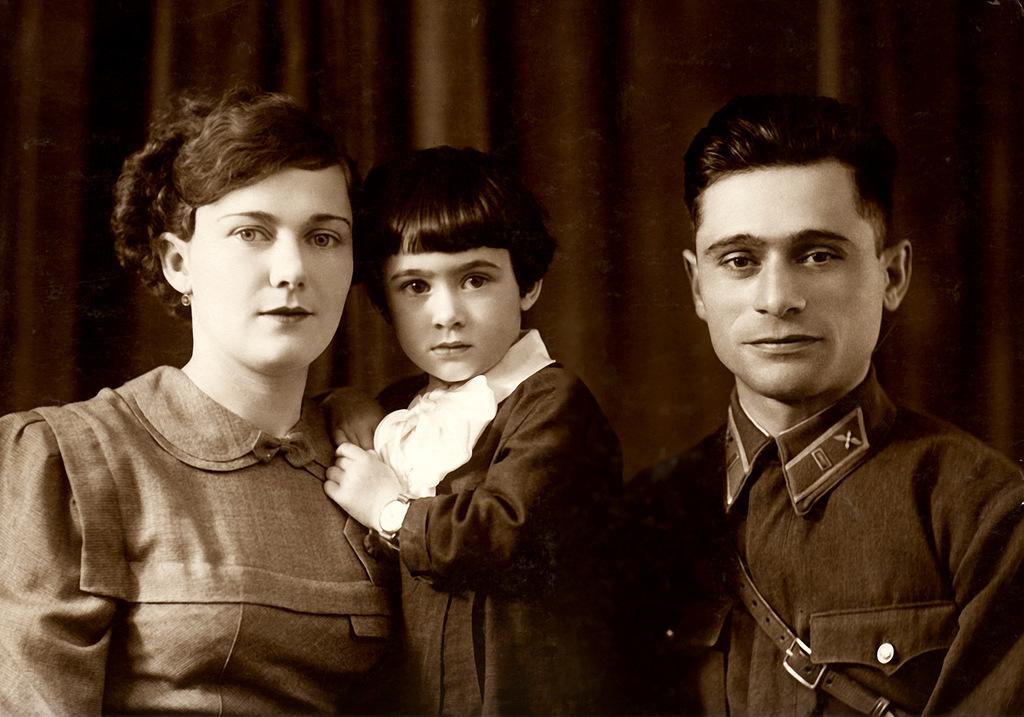 Мама - Мариана Викторовна, Белла, папа - Амо Тигранович.
