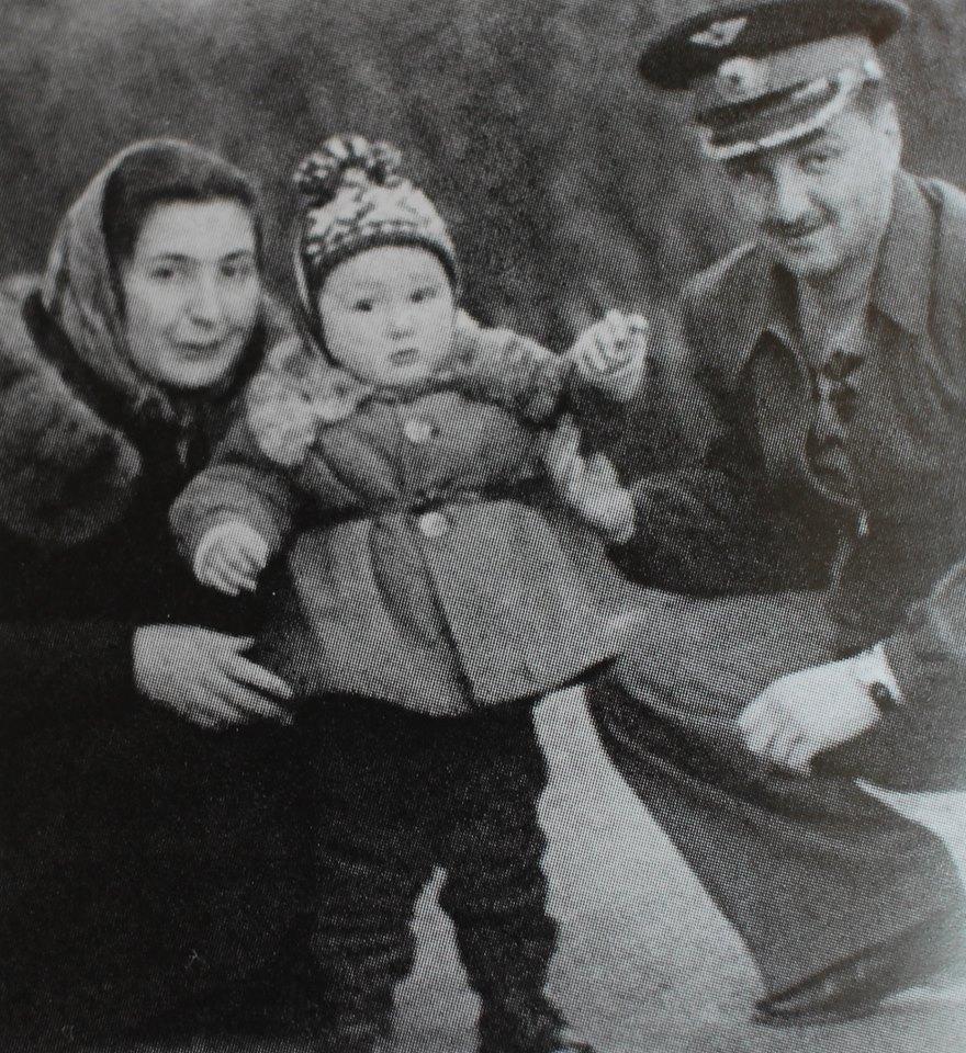 С маленьким Стасиком, Сухуми, 1953 г.