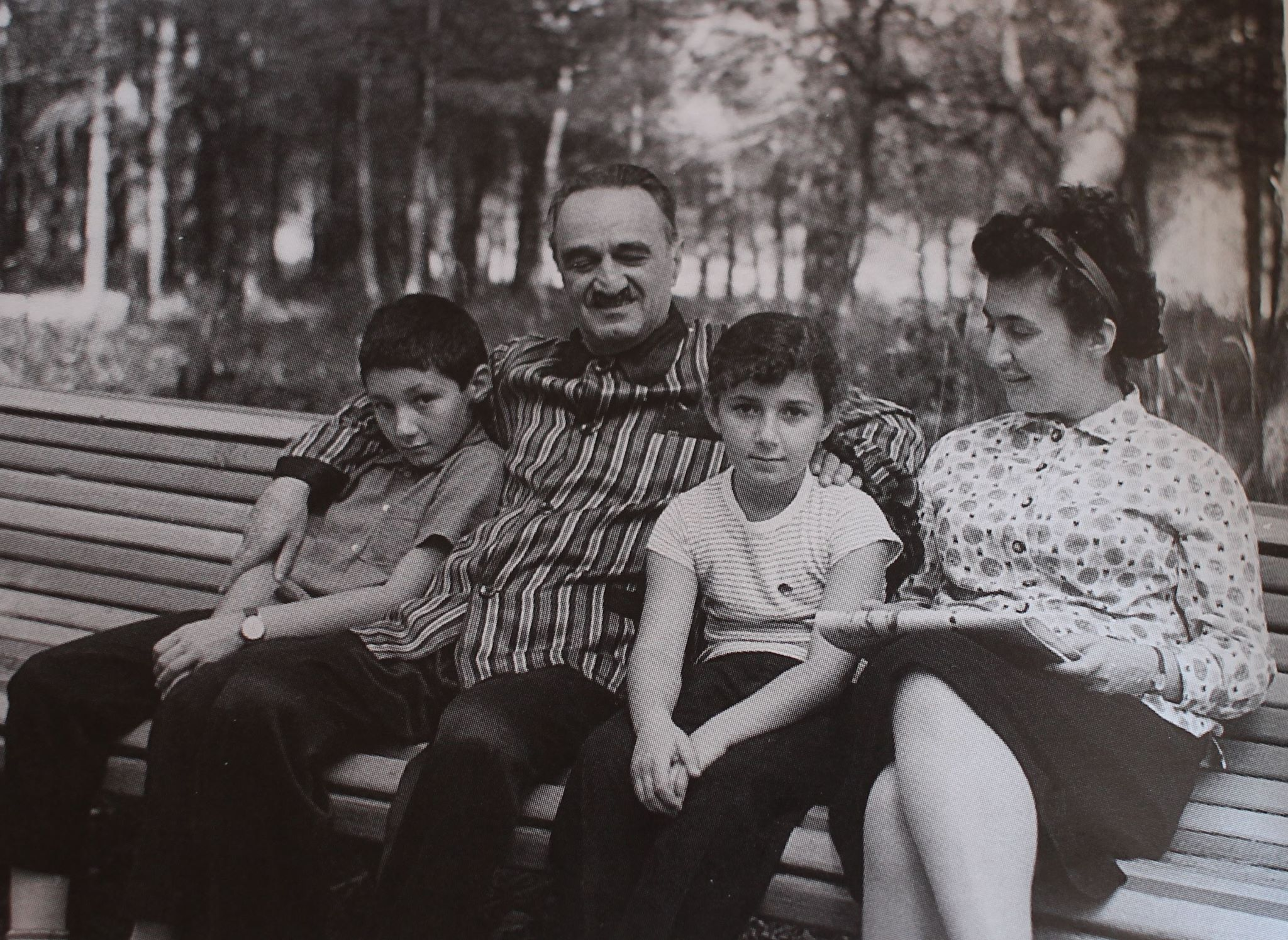 С Анастасом Ивановичем и детьми, 1964 г.