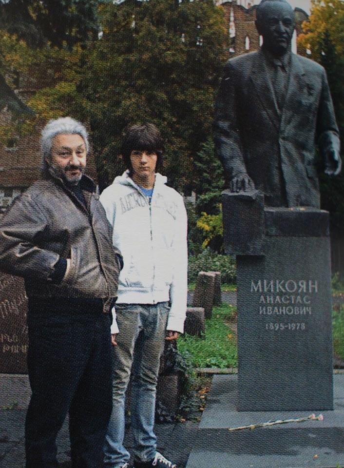 Стас с Артёмом у могилы А.И.Микояна, 2005 г.