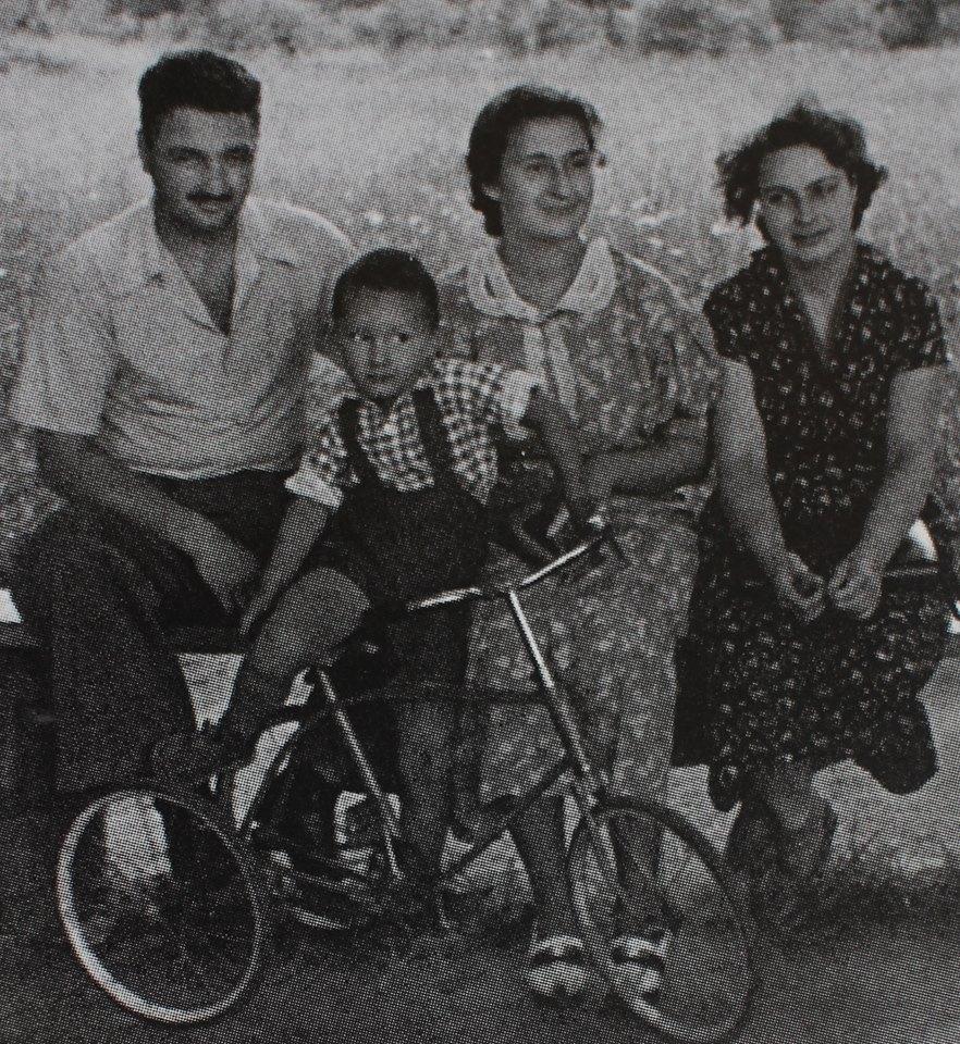 С Алёшей, Лелей и Стасиком в гарнизоне Россь. Беларусь, 1955 г.
